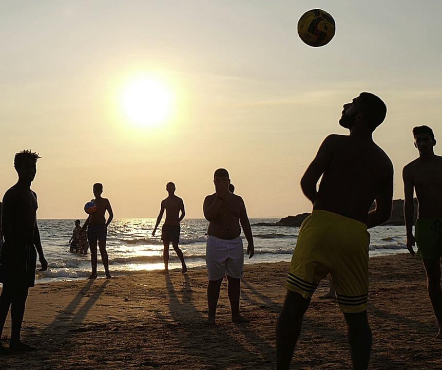 Die Sonne geht früher unter, das Strandgefühl ist das gleiche wie im Sommer.   | Foto: AFP