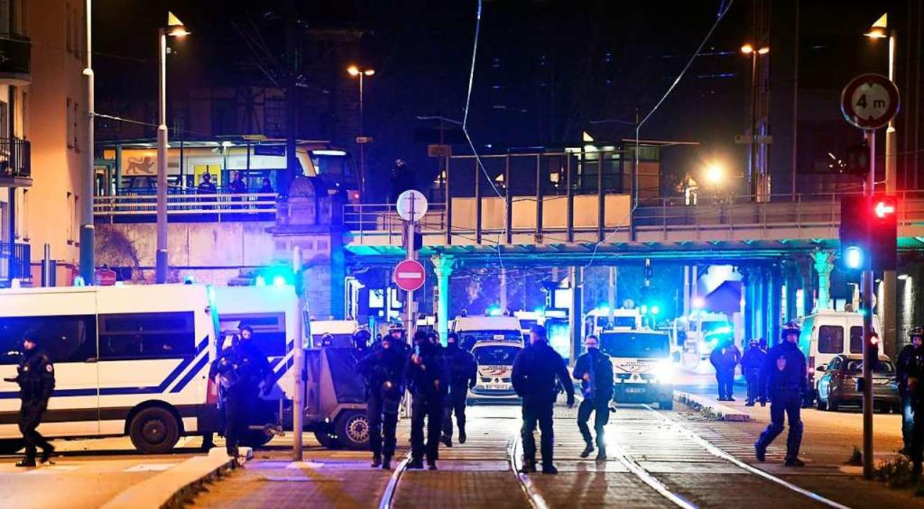 Straßenblockade der französischen Poli... Nähe ist Chérif C. erschossen worden.  | Foto: AFP
