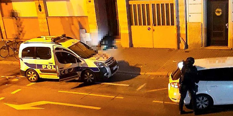 Eine Leiche liegt nach einem Schusswechsel mit der Polizei in einem Hauseingang.  | Foto: dpa