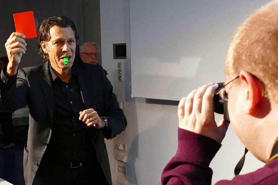 Böse Miene zum guten Spiel: Meier gibt für einen Fotografen  den Rauswerfer.  | Foto: Peter Gerigk