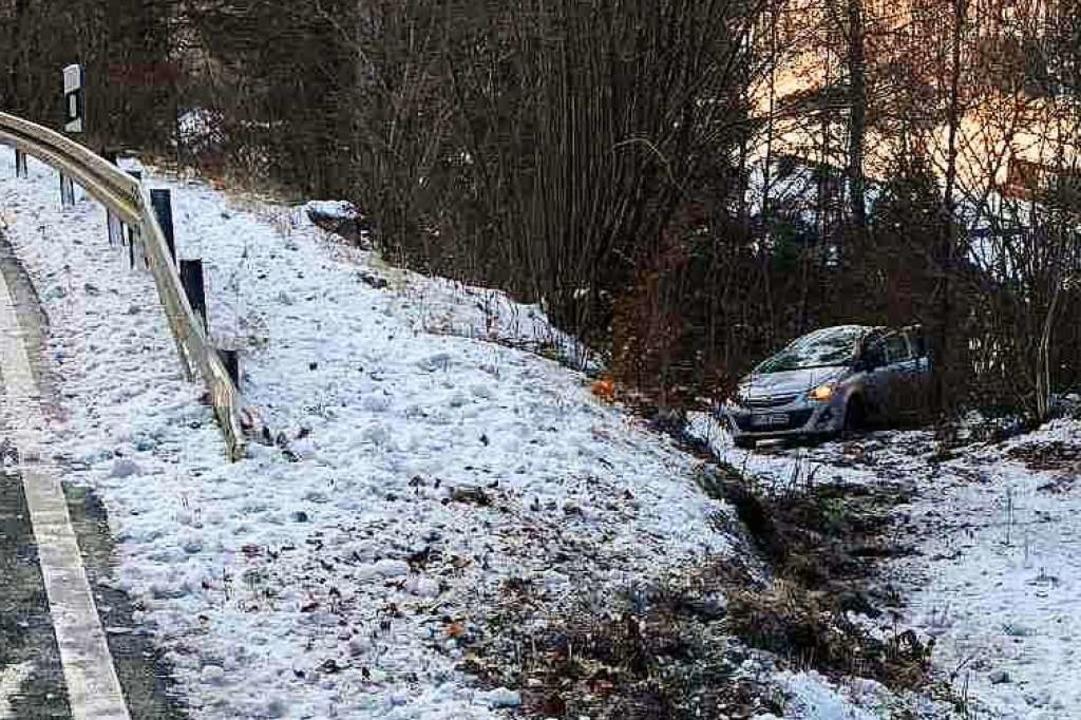 Eine Frau ist mit ihrem Opel bei Todtnau-Brandenberg von der Straße abgekommen.  | Foto: Polizei
