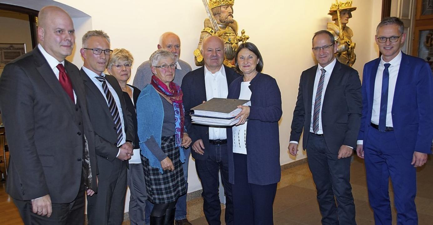 Knapp 7700 Unterschriften für eine Sch...räsidentin Bärbel Schäfer überreicht.   | Foto: Ilona Hüge