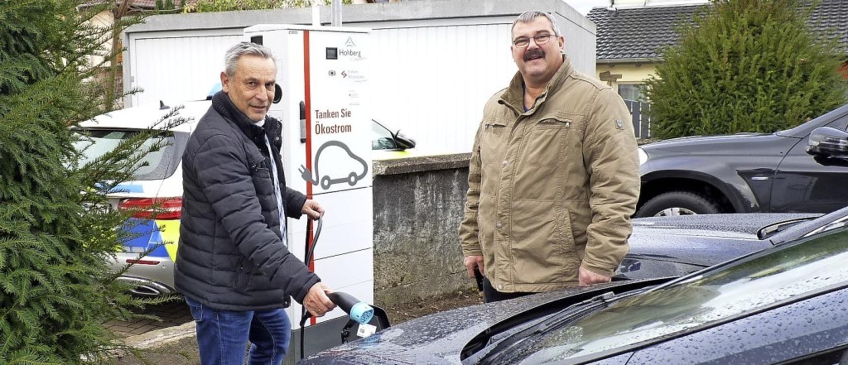 Bürgermeister Klaus Jehle (links) und ...né Henninger an der neuen Tankstelle.   | Foto: Gemeinde