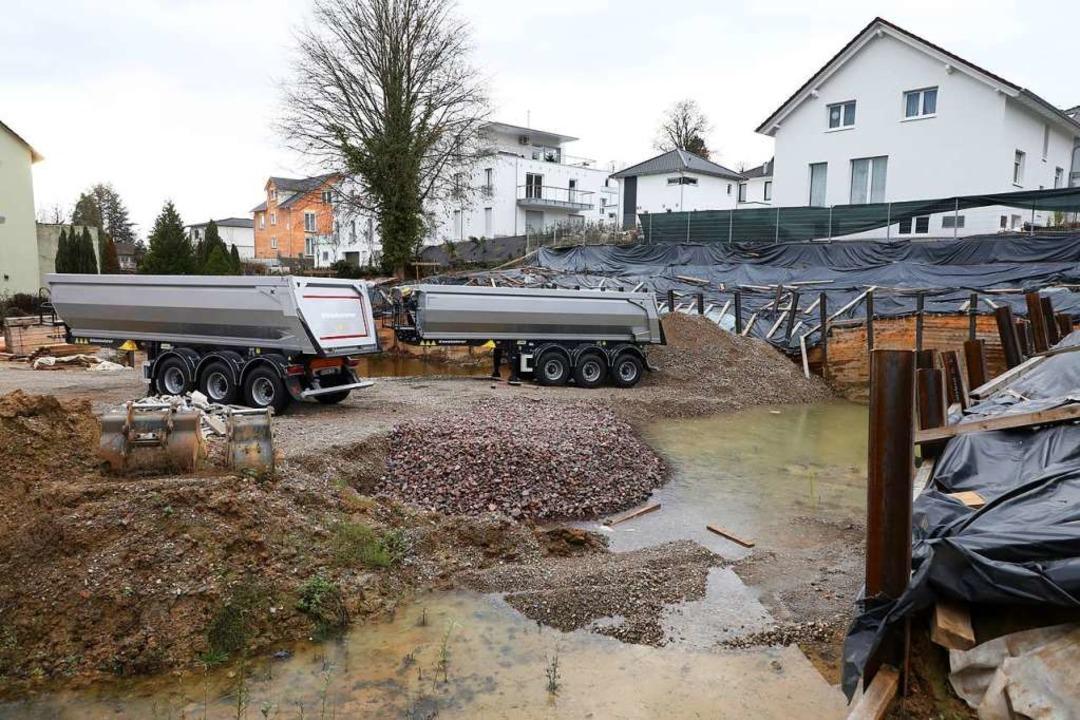 Auf der Baustelle in der Burgheimer St... die unzureichend gesicherte Baugrube.  | Foto: Christoph Breithaupt