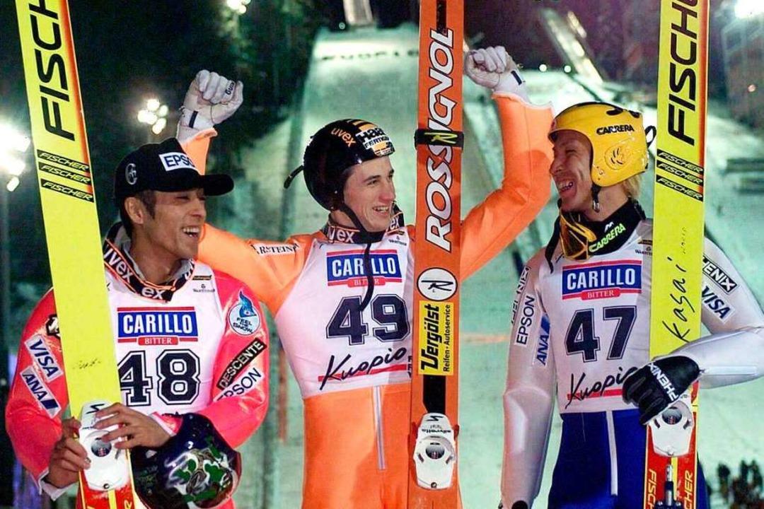 Kuopio 1999: Martin Schmitt flankiert ...yoshi Funaki (links) und Noriaki Kasai  | Foto: KIMMO MAENTYLAE