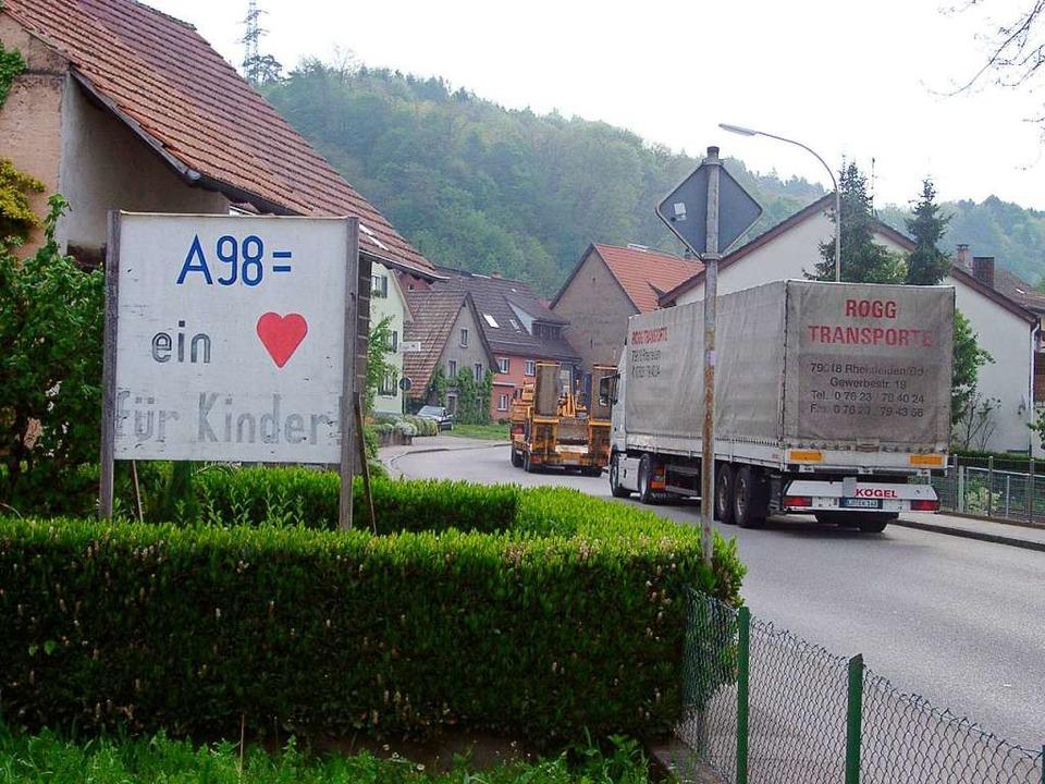Die Forderungen nach dem Weiterbau der...nes damals schon alten Schildes zeigt.  | Foto: Hildegard Siebold