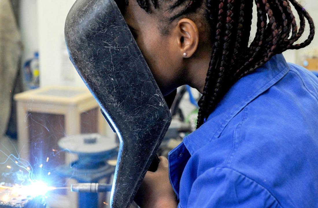 Eine Frau aus Guinea lernt in Bremen schweißen.   | Foto: dpa