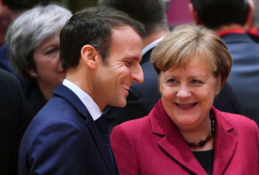 Frankreichs Staatspräsident Emmanuel M...m Gespräch mit Kanzlerin Angela Merkel    Foto: AFP
