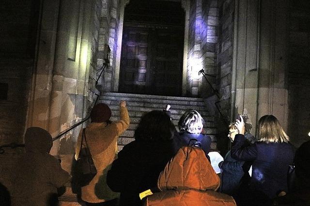 Frauen leuchten jeden Winkel des Kirchenportals aus