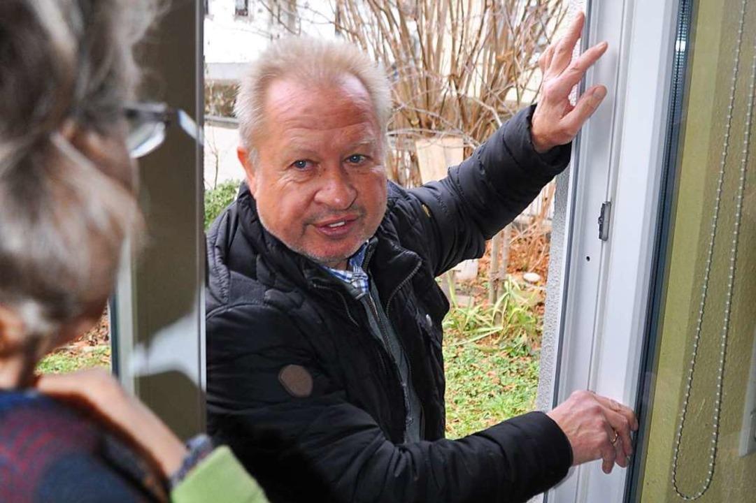 Kriminalhauptkommissar Günter Welzel i...ter für Einbruchssicherheit unterwegs.  | Foto: Nicolai Kapitz
