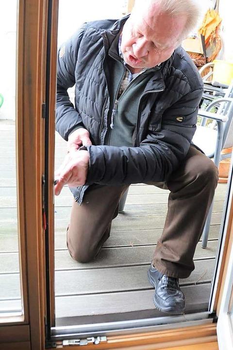 Mit einem Schraubenzieher demonstriert...ssar, wie Einbrecher Türen aufbrechen.  | Foto: Nicolai Kapitz