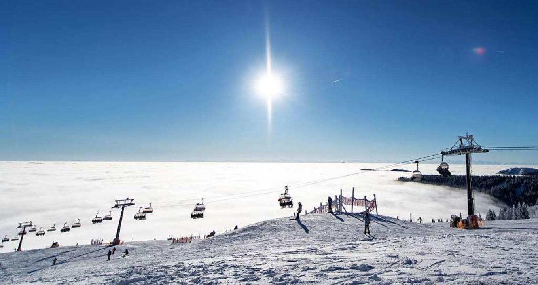 Skiwochenende auf dem Feldberg: Die ersten Lifte haben geöffnet.    Foto: dpa