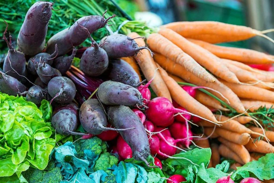 Frisches saisonales Obst und Gemüse bieten die meisten Selbstvermarkter an.   | Foto: dpa