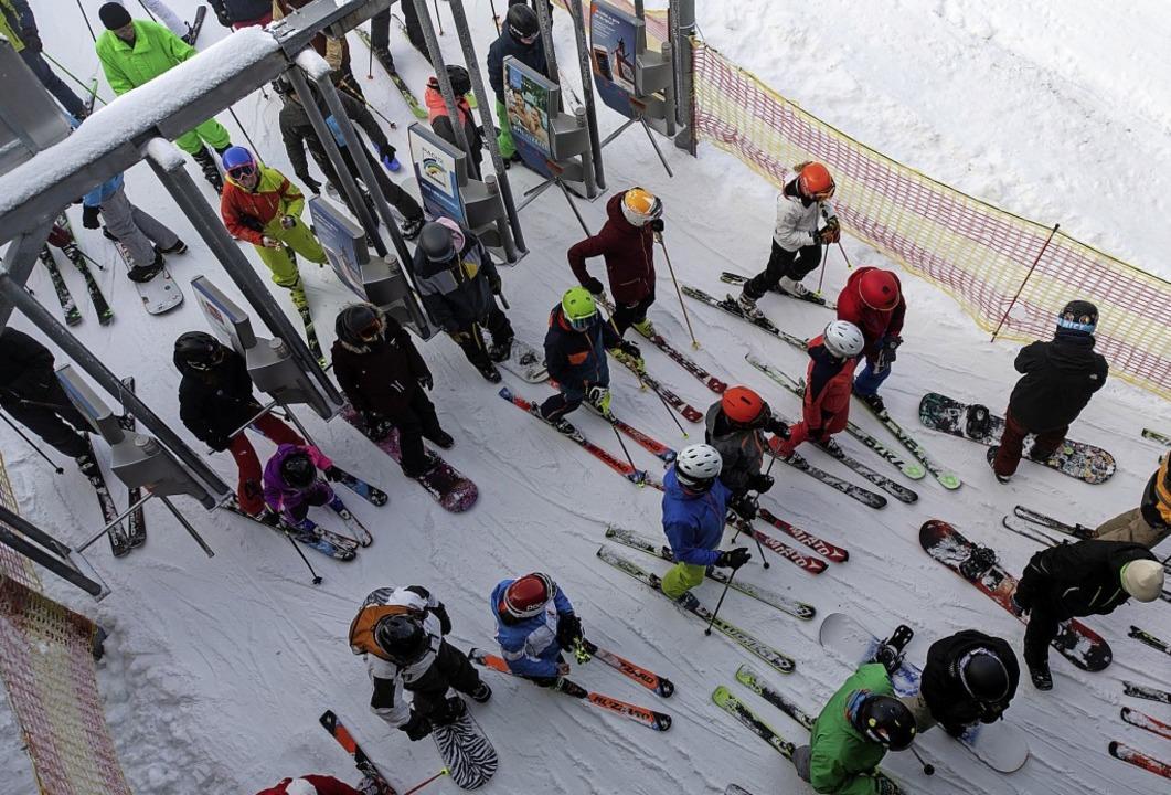 Einen Monat später als im Vorjahr hat die Skisaison auf dem Feldberg begonnen.   | Foto:  dpa