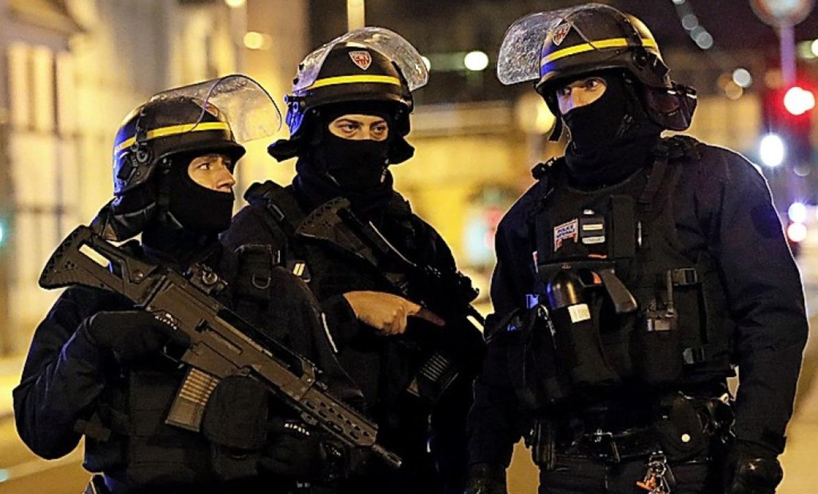 Spezialkräfte im Straßburger Stadtteil Neudorf.  | Foto:  DPA