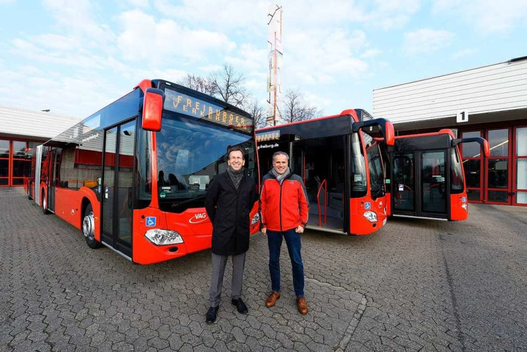 VAG-Vorstand Stephan Bartosch (links) ...en neuesten Zuwachs für den Fuhrpark.   | Foto: Thomas Kunz