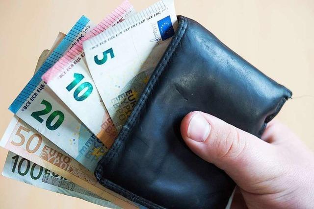 Trickdiebe stehlen Geldscheine aus dem Geldbeutel