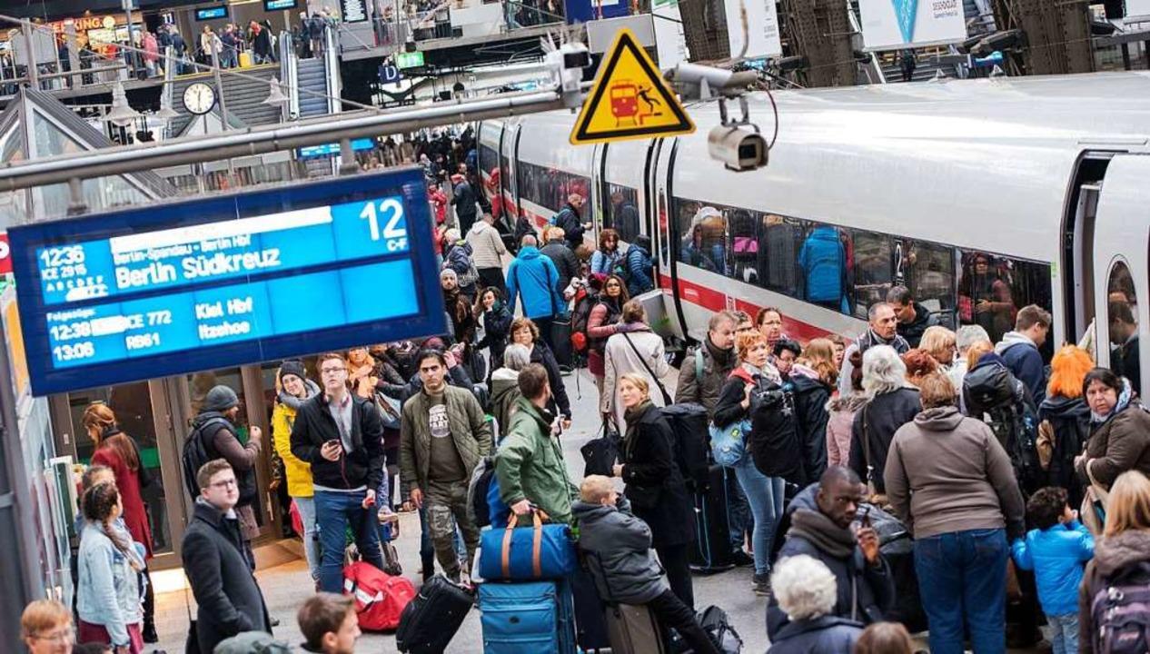 Überfüllte Züge, Verspätungen, Zugausf...rdert daher jetzt Neustrukturierungen.  | Foto: dpa