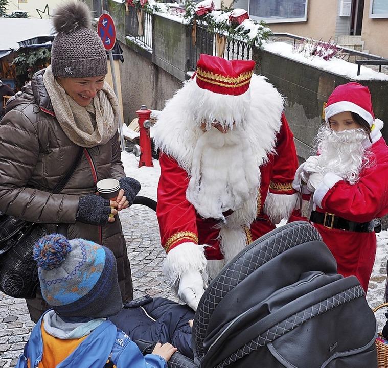 Weihnachtsmänner beschenken die Kinder  | Foto: Hans Christof Wagner