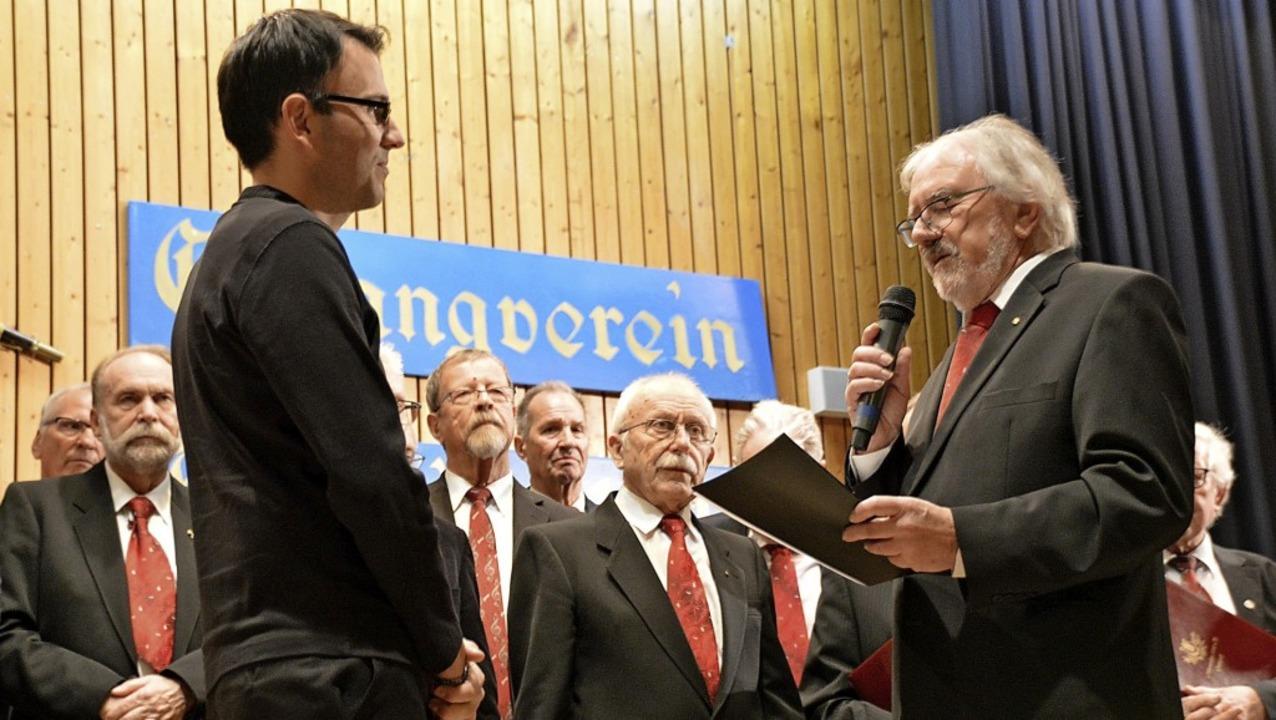 Eberhard Oberfell (rechts) verabschiedet Dirigent Krastin Nastev.  | Foto: Horatio Gollin