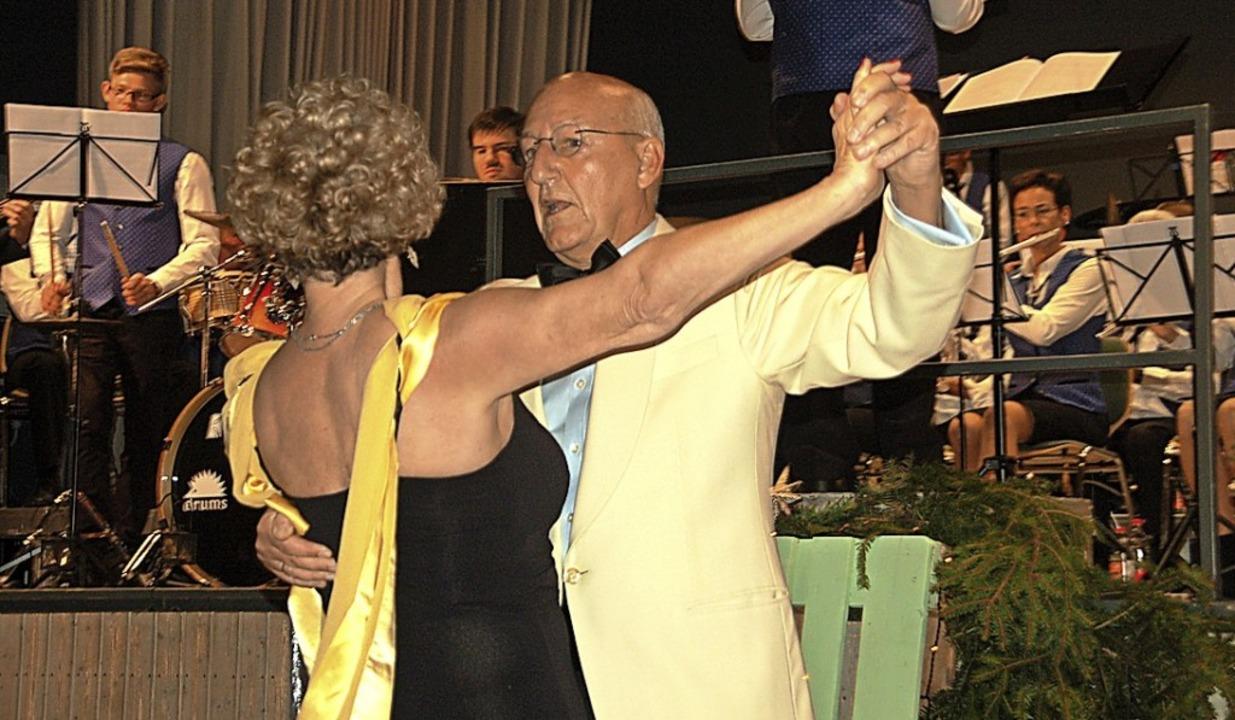 Gabi und Klaus Reichert tanzten zur Livemusik Walzer und Tango.   | Foto: Petra Wunderle