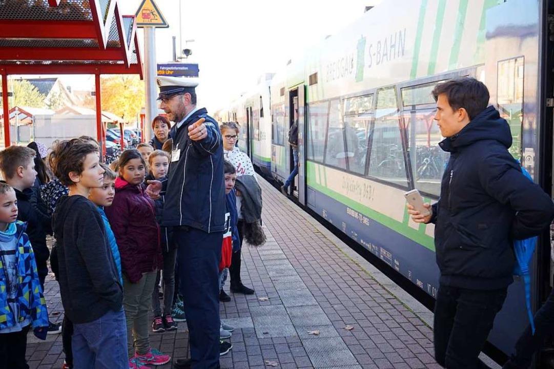 Das richtige Verhalten am Bahnsteig will erlernt sein.    Foto: Julius Wilhelm Steckmeister