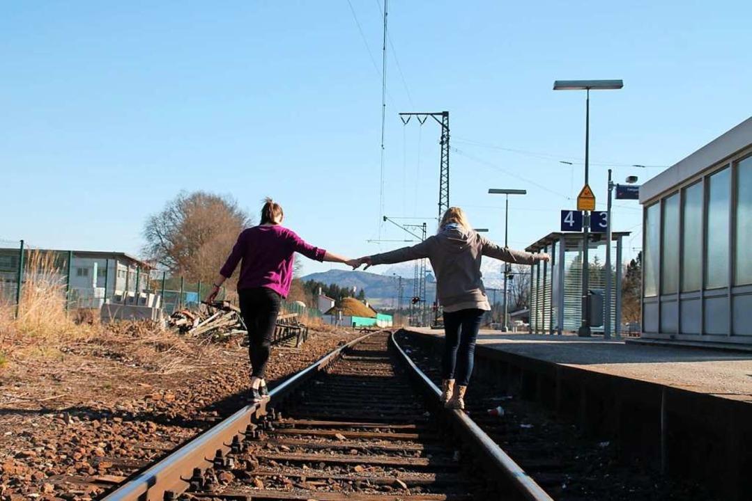 Lebensgefährlich und nicht zur Nachahm...fohlen: Jugendliche auf den Schienen.     Foto: Bundespolizei