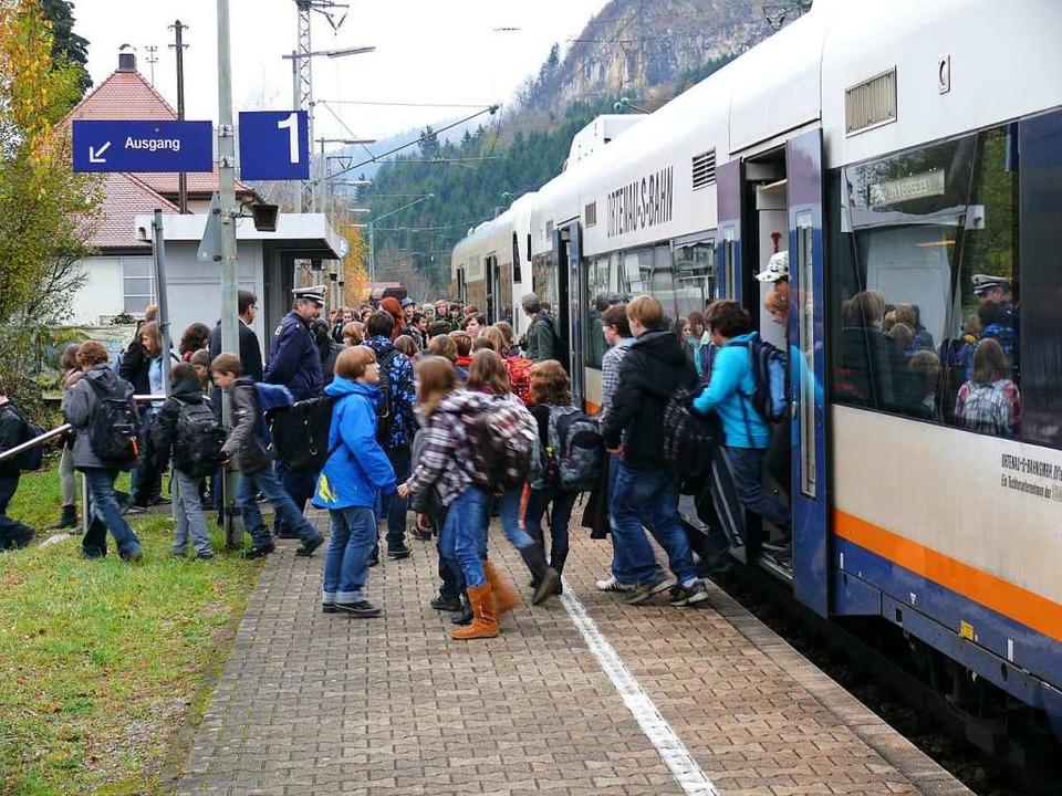 Viele Kinder pendeln mit der Bahn zur ...n sollten Erwachsene ein Vorbild sein.    Foto: Bundespolizei