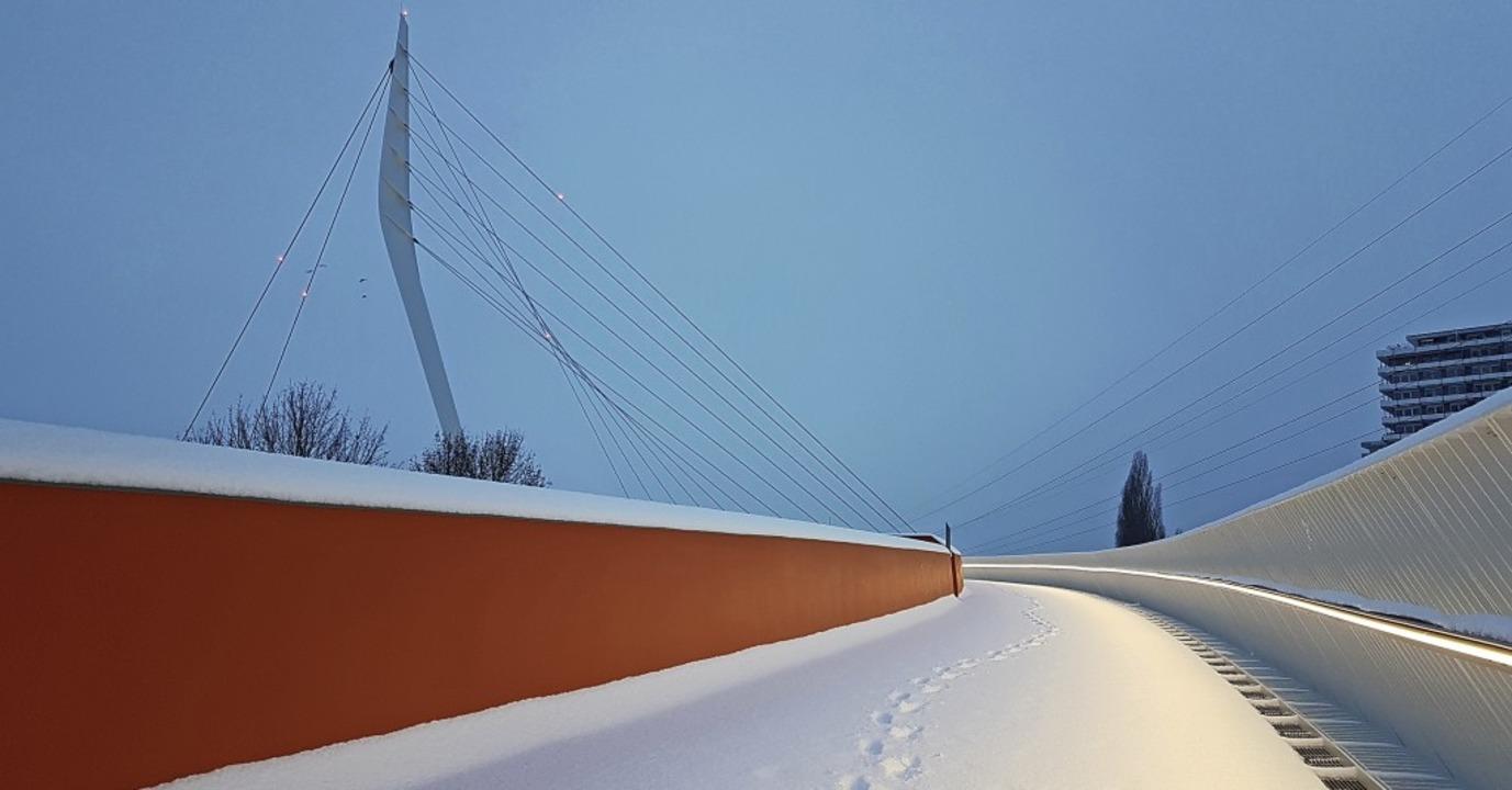 Die Ortenau-Brücke in Lahr im Schnee  | Foto: Karl Kovacs