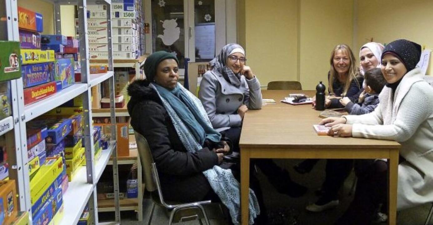 Henriette Ade (Dritte von links) gibt geflüchteten Frauen Sprachunterricht.   | Foto: Presse-AG