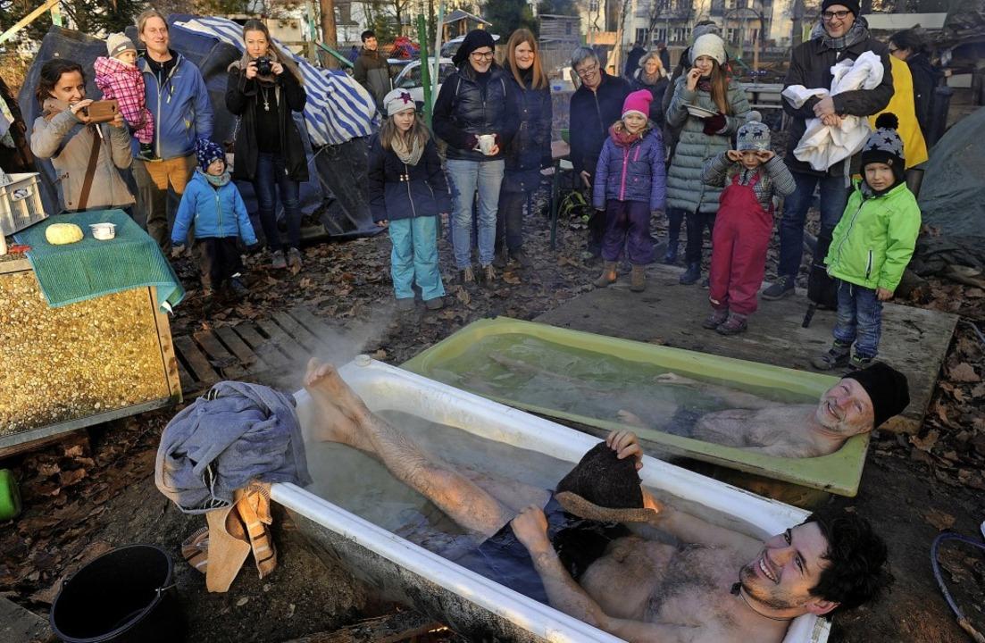 Sie gehen genüsslich baden: Betreuer A...Schule, beim Badetag des Winterfests.   | Foto: Bettina Schaller