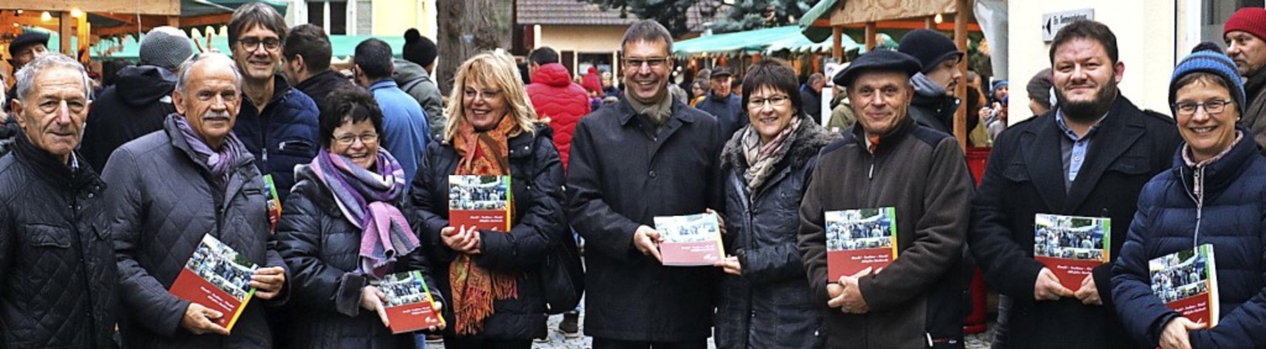 Auf dem Weihnachtsmarkt präsentierten die Initiatoren ihr neuestes Werk.   | Foto: Christa Rinklin