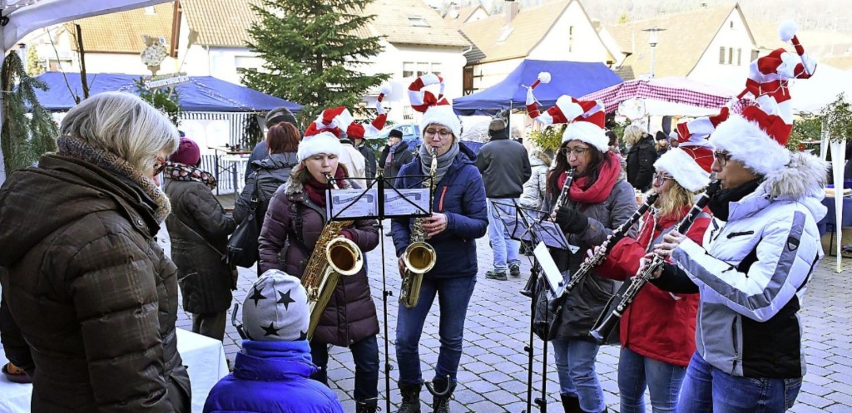 Festliche Klänge ertönten auf dem Weih...kt in Reichenbach auf dem Lindenplatz.    Foto: Wolfgang Künstle