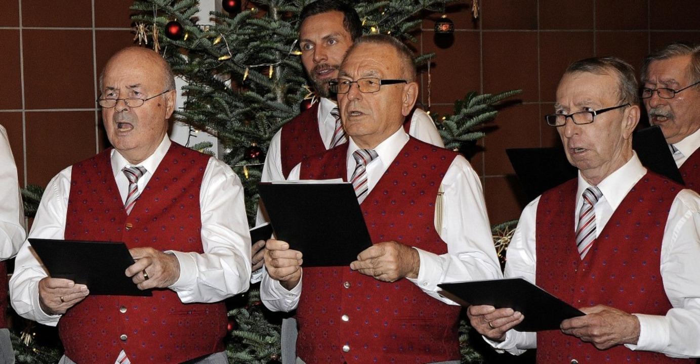 Der Männerchor Oberweier bei seinem Auftritt bei der Weihnachtsfeier   | Foto: Bettina Schaller