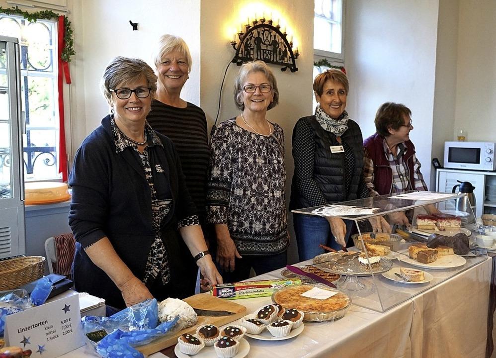 Fünf der insgesamt 16 Mitstreiter des ...rend des Weihnachtsmarktes im Museum.   | Foto: Stadt Waldkirch