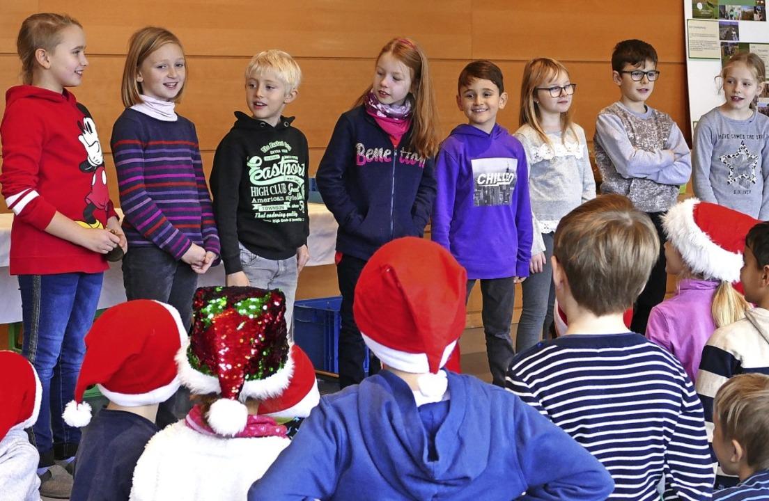 Bevor die Schüler die neue Karte enthü...hre Gäste auf Weihnachten eingestimmt.  | Foto: Nikola Vogt