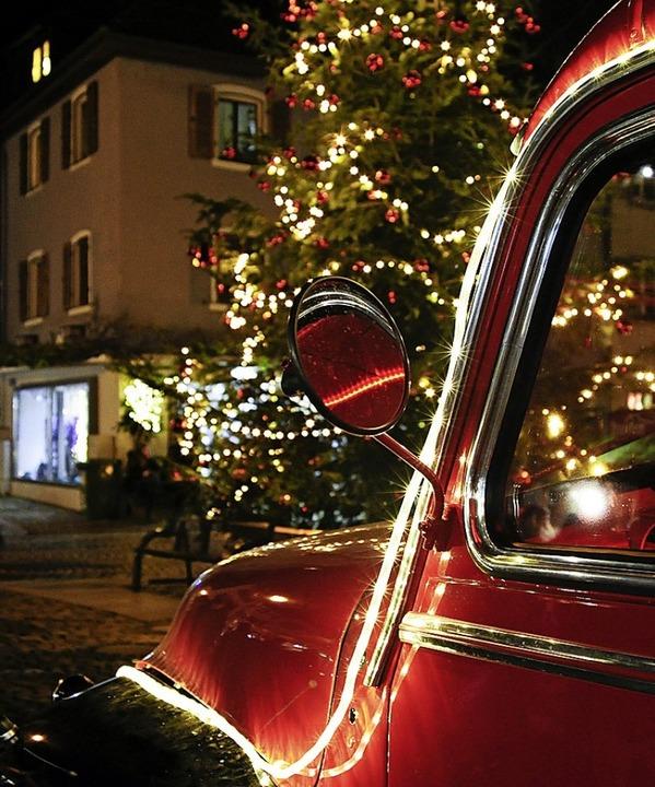 Restauriert und mit Lichterketten eingekleidet: der Opel Blitz der Feuerwehr  | Foto: Bernhard Seitz