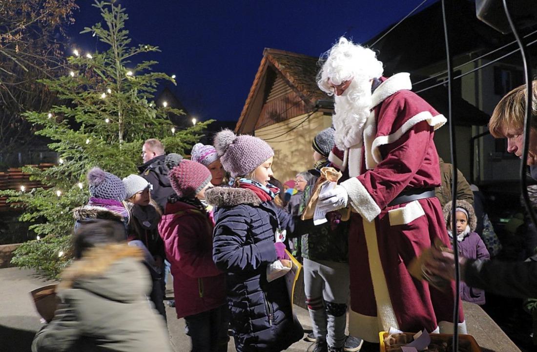 Ein Geschenk vom Nikolaus gab's auch für die Auggener Grundschulkinder..  | Foto: Beatrice Ehrlich