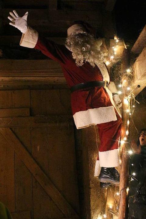 Der Nikolaus  auf dem Heustock.  | Foto: Anja Bertsch