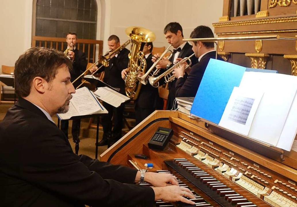 Johannes Menke an der Orgel und das Br...in der Kirche St. Fridolin in Stetten.    Foto: Roswitha Frey