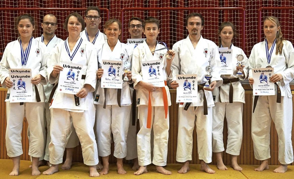 Jede Menge Medaillen gewannen die Kara...des HakuRyu-Kan aus Lenzkirch-Kappel.   | Foto: sommer