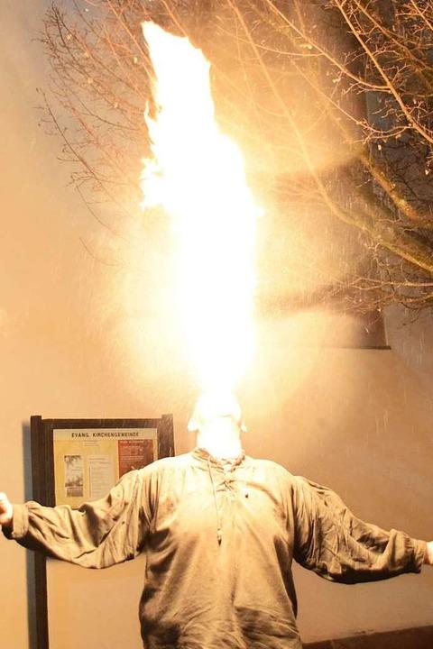Ein Feuerspucker spielte mit Flammen-Fontänen.  | Foto: Stefan Ammann