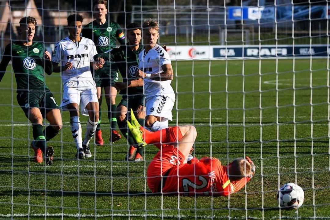 Im Nachschuss tunnelt  Elfmeterschütze...ino Kasten zur Freiburger 2:1-Führung.  | Foto: Patrick Seeger