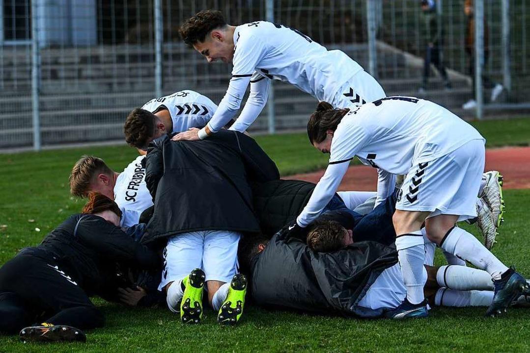 So freuen sich die Freiburger nach dem...rch Lucas Hermes in der Nachspielzeit.  | Foto: Patrick Seeger