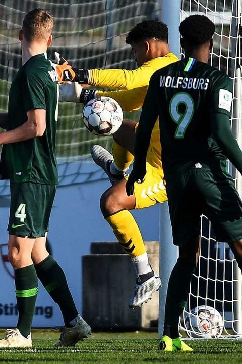 Seine leichte Rot-Grün-Sehschwäche sor...gebern: SC-Keeper Noah Atubolu (Mitte)  | Foto: Patrick Seeger