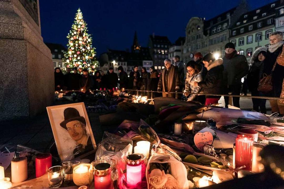 Straßburg, wenige Tage nach der Blutta...s auf dem Weihnachtsmarkt zu gedenken.  | Foto: dpa
