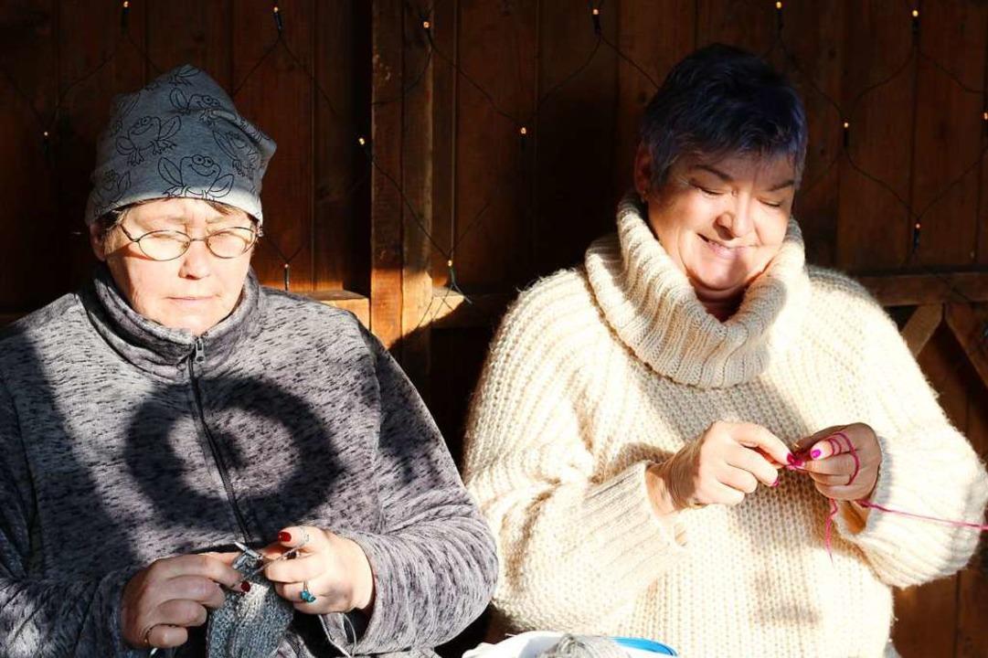 Sabine Ullrichs (rechts) handgemachte Strickwaren sind schon fast ausverkauft.  | Foto: Joshua Kocher