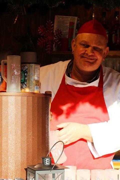 Olaf Kunzweilers Kunden trinken in diesem Jahr besonders gerne Roséglühwein.  | Foto: Joshua Kocher