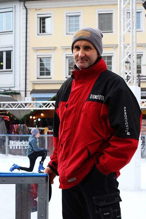 Eismeister Wolfgang Risch wundert sich...ie auch bei Regen Schlittschuh fahren.  | Foto: Joshua Kocher