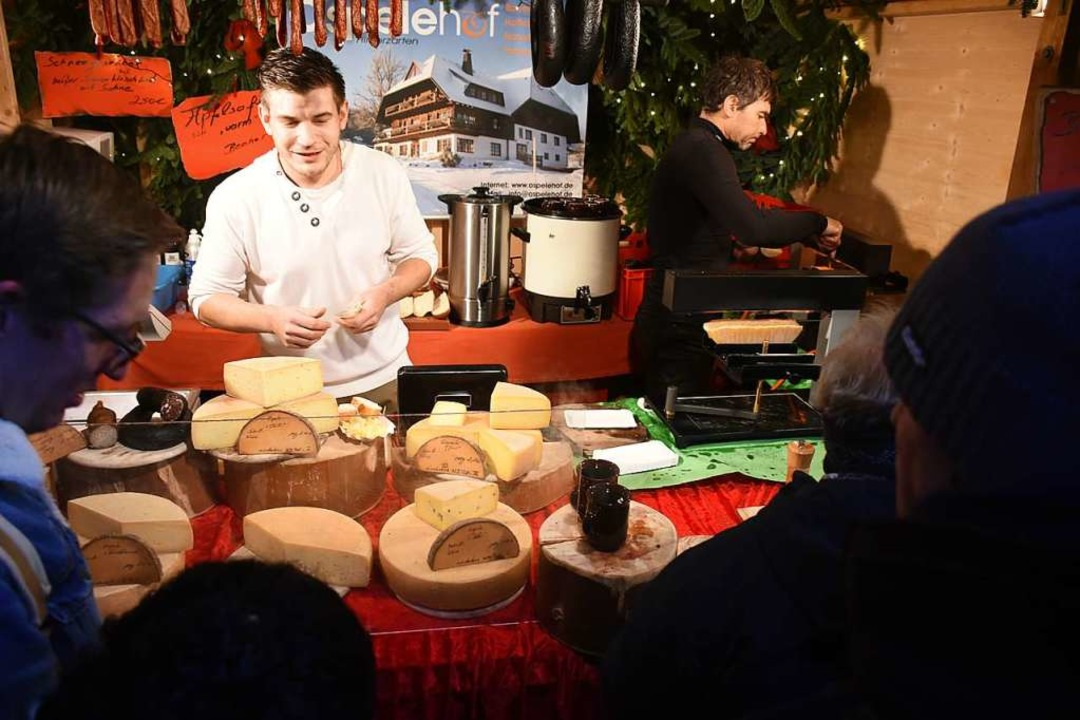 Dominik Braun verkauft Käse  | Foto: Thomas Biniossek